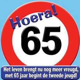 Schild Hoera 65 jaar groot -  Een grote papieren decoratie om op te hangen. Tekst: Hoera! 65 Het leven brengt nu nog meer vreugd, met 65 jaar begint de tweede jeugd! Afmeting: 50 x 50cm! | www.feestartikelen.nl
