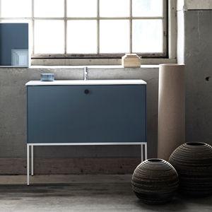Badrumsmöbel i minimalistiskt utförande, LessMore. Här kompletterad med vår öppna badrumsförvaring ShowOff. Hitta din badrumsinspiration hos Ballingslöv!