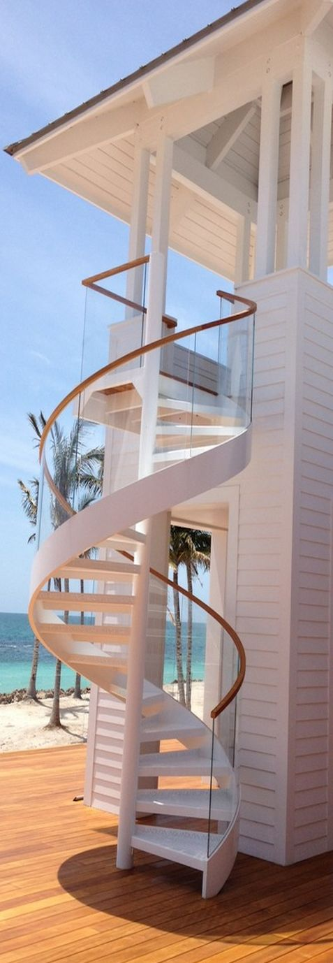 Escalera de caracol para exterior en casa de playa.