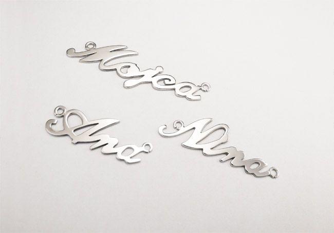 Verižica z obeskom v obliki imena. Več na http://www.zlatarstvokoman.si/verizica-z-obeskom-v-obliki-imena #jewerly #pendant #namependant