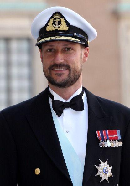 Haakon Magnus è stato battezzato nella Cappella del Palazzo Reale il 20 settembre 1973 e i padrini sono stati i tre monarchi scandinavi: re Olav V di Norvegia, re Carlo XVI Gustavo di Svezia e la regina Margherita II di Danimarca. Il principe è stato cresimato nella Cappella del Palazzo Reale nel 1988. Il principe è divenuto principe ereditario quando il padre è salito al trono il 17 gennaio 1991. Il 25 agosto 2001 ha sposato Mette-Marit Tjessem-Høiby in una cerimonia tenutasi nel Duomo di O
