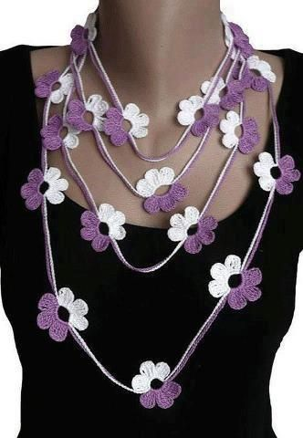 collar flor blanca y violeta