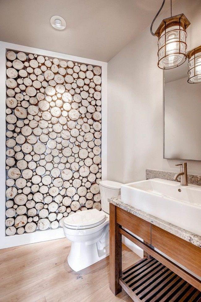 Стена из спилов дерева в интерьере ванной комнаты