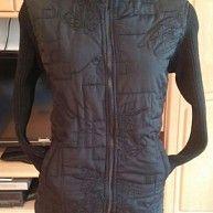 Damen Jacke gesteppt figurbetont Gr. S in Schwarz von Fa Fa Damen Jacke Modischer Chic Materialmix gesteppt gearbeitet. Figurbetonte Form. Hoch schließbare Stehkragen schützen optimal vor Nässe und Kälte. Warme Wattierung nur am Vorderteil. Hinten sowie Ärmel sind in Rippmuster gestrickt.  Außen seitlich 2 eingriff Taschen. Der Mantel wird mit 2 Wege Reißverschluss geschlossen, so das es Wind geschützt ist der Körper. Wurde gerne getragen. Leichte trage Spuren. In liebevolle Hände abzugeben…