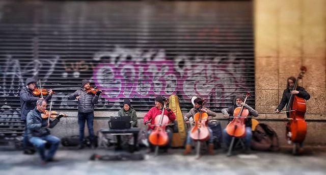 Escenas urbanas... #madrid #places#lugares #people#gente#urbanscenes#escenasurbanas #streetart #music @huaweimobileesp #winter #invierno #color