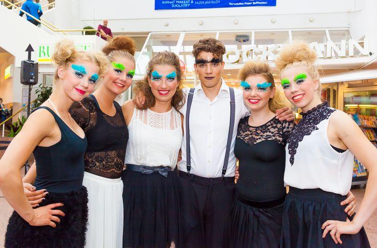 Tanssiryhmä Flash Bang Press Gang Kauppakeskus Hansassa Taiteiden yönä 14.8.2014.