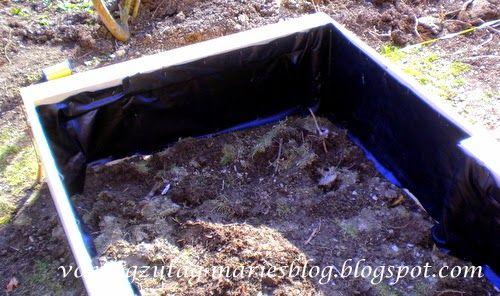 Hochbeet füllen. Strauchschnitt, Häckselgut, Laub, Erde, Kompost.  @vontagzutagmari http://vontagzutag-mariesblog.blogspot.com