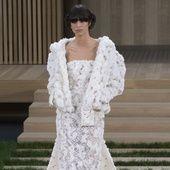 Célèbre pour son sens aiguë de la scénographie, Karl Lagerfeld, le directeur artistique de Chanel, réalise chaque semaine de la haute couture des défilés grandioses. Avec pour clou de show incontournable l'arrivée de la mariée, qui est incarnée chaque saison par les plus grands tops du moment: Claudia Schiffer, Lara Stone ou encore Kendall Jenner. Alors que la maison de la rue Cambon présentera aujourd'hui sa nouvelle collection automne-hiver 2016-2017, retour en images sur les plus belles…