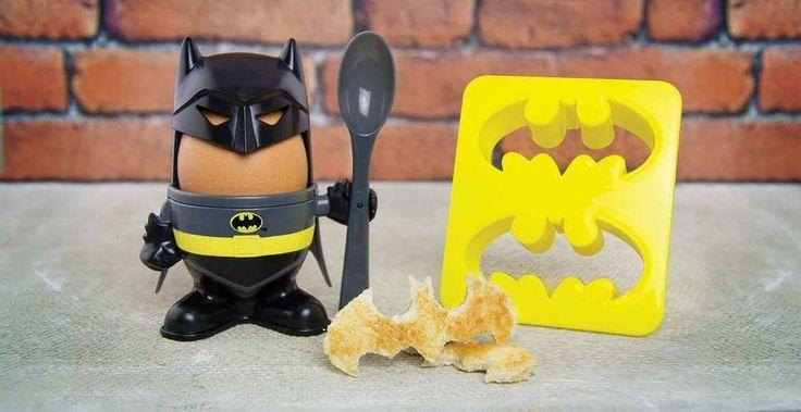 La huevera Batman es el complemento que faltaba para que tus desayunos sean dignos de un hombre-murciélago. Imaginemos cómo sería entonces, más o menos...