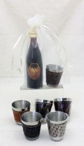 Detalle Boda Botellita cristal con licor de cafe con chupito polipiel en Bolsa Organza para regalo invitados #Grandetalles