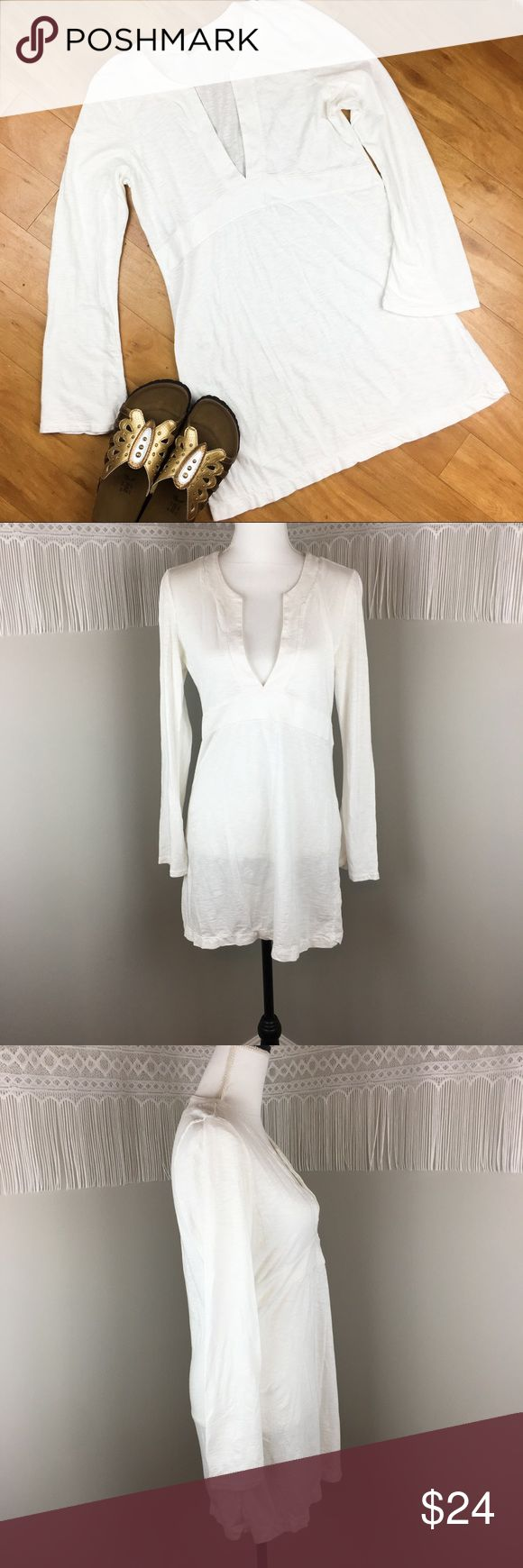 Athleta White Tunic/Dress Athleta White Tunic Top/Dress. Size medium. Approximate measurements flat laid are 31' long, 18' bust, and 23' sleeves. GUC with wear. Perfect with leggings! ❌No trades ❌ Modeling ❌No PayPal or off Posh transactions ❤️ I 💕Bundles ❤️Reasonable Offers PLEASE ❤️ Athleta Tops Tunics