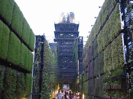 The world's largest green wall was constructed for Japan's Aichi Expo in 2005, a massive 'bio-lung' measuring 150 meters long and 12 meters high. The wall consisted of hemp canvas called 'kenaf', with pockets planted with sedum, vines and flowers. It was named 'bio-lung' to convey the message that such expanses of vertical vegetation can function as a huge, breathing lung to purify the air in urban environments. #Expo2005 #Aichi #Japan #Worldsfair #Hitachi