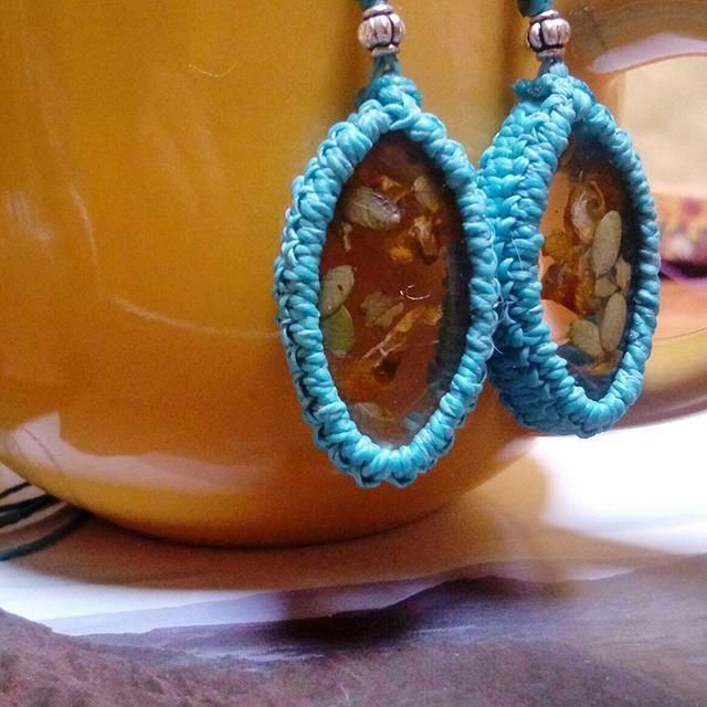 Flowers and leaves preserved in resin 🌿 #chañar #sanpedrodeatacama #handmadejewellery #macrameearrings #turquoisejewelry #madeinchile #resinearrings #realflowers
