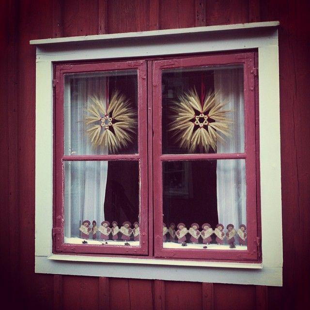 Idag kikar vi in i Bryggaregårdens vackra gammaldags julpyntade fönster! Nu får ni till ikväll på er att gissa vem som bor därinne!