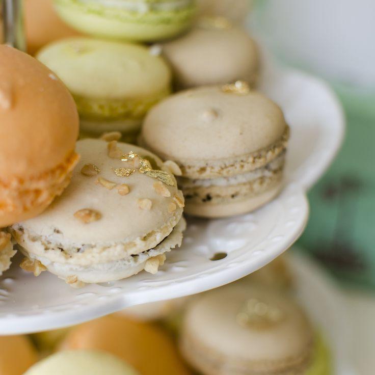 Micile delicatese pariziene sunt un desert deosebit care ne incanta toate simturile, acestea putand fi savurate alaturi de o cafea aromata intr-o dimineata sau cu o cupa de sampanie pentru o seara perfecta. O etajera plinca cu macarons poate fi piesa de rezistenta dintr-un Candy Bar de Nunta elegant.