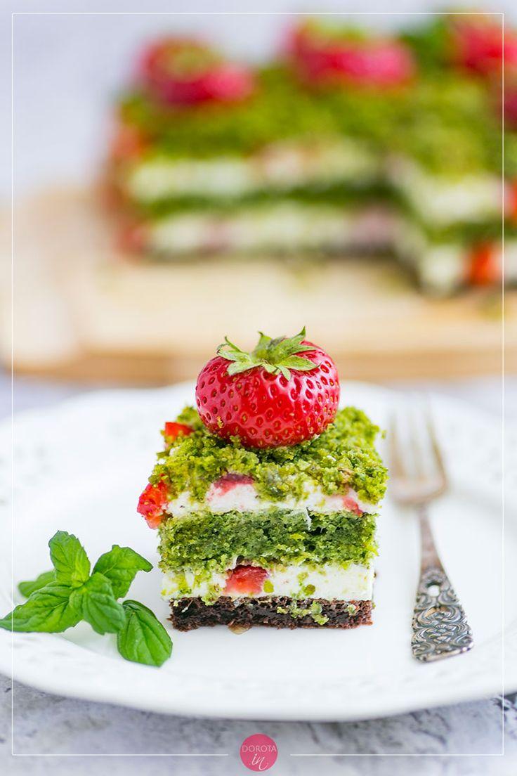 Ciasto truskawkowe pole, na czekoladowym spodzie, z kremem jogurtowym i mnóstwem truskawek, a zielone warstwy to ciasto ze szpinakiem :). #ciasto #cake #przepis #kuchnia #wypieki
