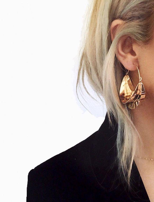 """En cette période de fêtes, on use et abuse des boucles d'oreilles """"statement"""" (BO Zara - photo Ayşegül Altun)"""