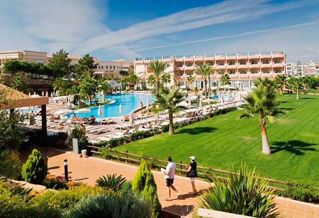 Rodeado de asombroas vistas, el ClubHotel Riu Guarana (Todo Incluido) está situado en un impresionante acantilado con acceso a la Praia da Falésia, Algarve. ClubHotel Riu Guarana – Hotel en Algarve, Praia da Falésia – Hotel en Portugal - RIU Hotels & Resorts