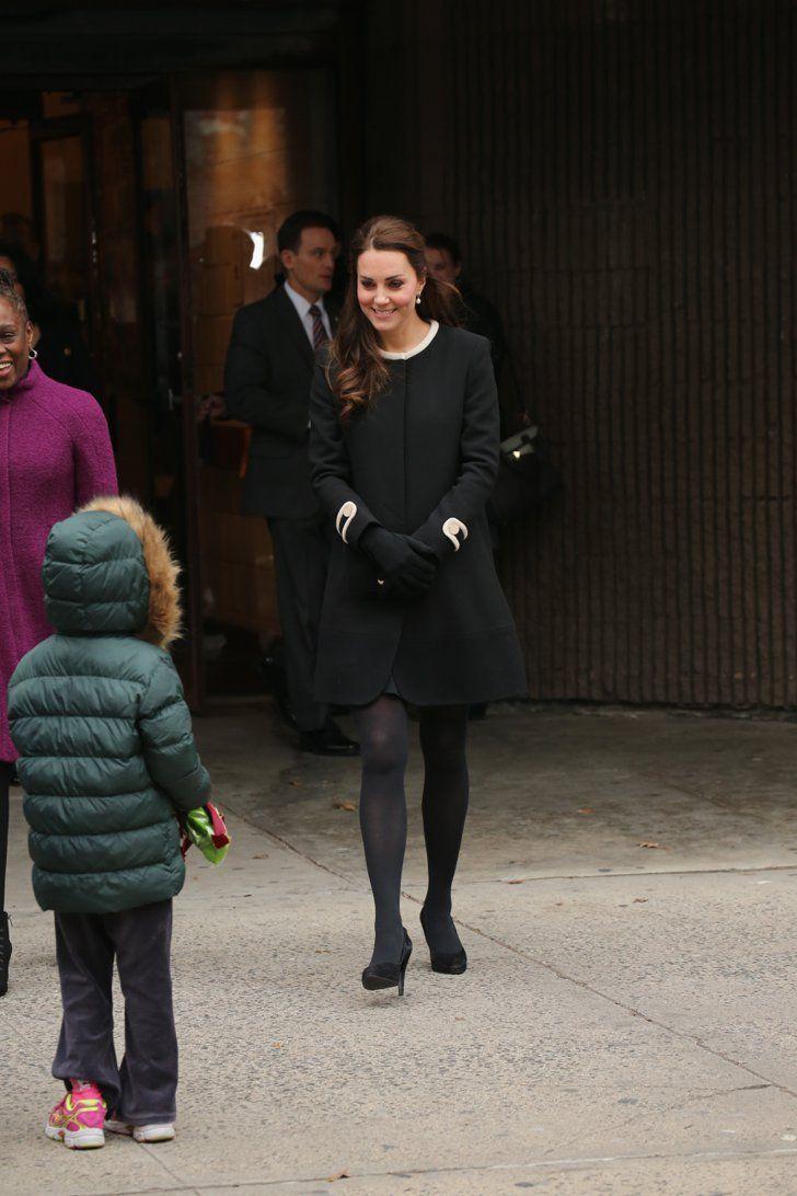 Pin for Later: Kate Middleton hat sich in diesem Jahr selbst übertroffen  Sie begrüßte Kinder bei einer Veranstaltung in New York in einem Mantelkleid von Goat.