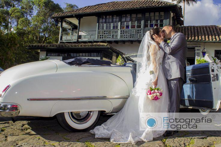 Fotografía profesional de bodas en el museo el chico en Bogotá - Carro Antiguo Fotógrafo James Alberth Tobar.
