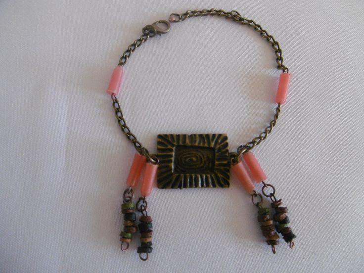"""Bracelet """"Asa nanma"""" avec piece en bronze sculptée, perles roses et petites perles en bois : Bracelet par les-jumelles"""