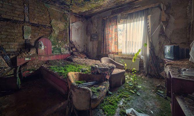 Hus naturen tagit över - I det här övergivna sovrummet ser du tydligt hur naturen har hittat in i huset. Vad som säkert en gång var ett mysigt rum har naturen nu börjat återta.