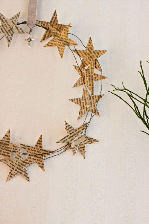 So simpel: Einfach aus einem Draht einen Kranz formen und ein paar Papiersterne daran befestigen. Fertig! Einfach zwischen zwei Sternen einen Draht kleben, so dass dann ein Kranz entsteht.