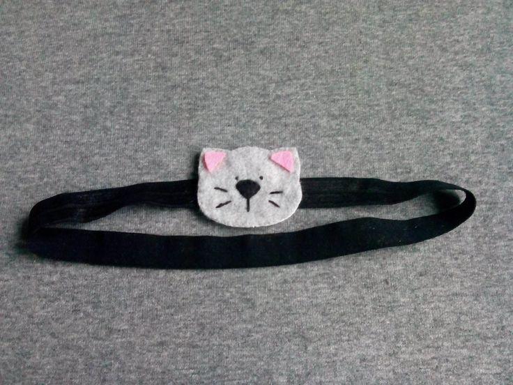 Opaska kotek wykonana z filcu na delikatnej elastycznej taśmie grubszej 14mm lub cieńszej 6mm, wym kotka ok4,5×5,4cm.