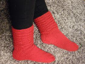 Minulla on uudet punaset joulusukat.   Ohje on otettu Novitan sukkalehdestä       Ne on tehty Novitan seiskaveikasta.   Niitten var...