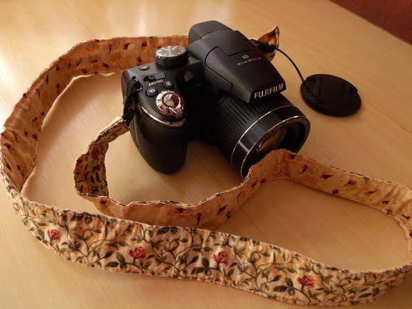 Capa para alça de câmera fotográfica! Para os fotógrafos de plantão! Protege a alça e ainda deixa o visual lindo! Consulte os tecidos aqui: http://www.facebook.com/TRAparia/photos Tempo de produção: em média uma semana R$ 12,00