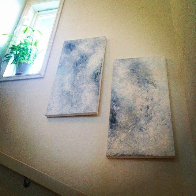 Nytt prosjekt har akkurat tørket og gikk rett opp på veggen - gøy med forandring  2 stk lerret på tykk treramme 50x100 cm i duse toner av grått-blått-hvitt. Natta!  #lerret #maleri #malerier #akryl #akrylmaling #canvas #acrylicpainting #paint #paintings #artwork #stairs #itrappa #blueandgrey