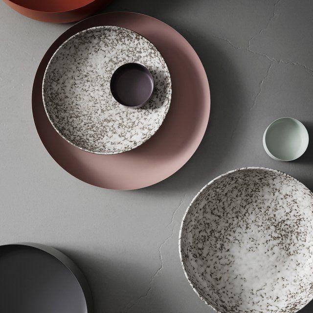 """Des assiettes en grès. Plats """"North"""", en aluminium déclinés dans différents coloris et dimensions, à partir de : Ø 10,5 x H 4,5 cm / Coupe """"Icing"""" en grès blanc"""