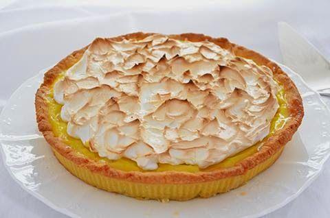 La crostata al limone meringata è una  deliziosa torta di frolla alla crema al limone addolcita da una soffice meringa. Il gusto aspro del limone viene stemperato da quello dolce della meringa, il tutto avvolto da un guscio di friabile pasta frolla.