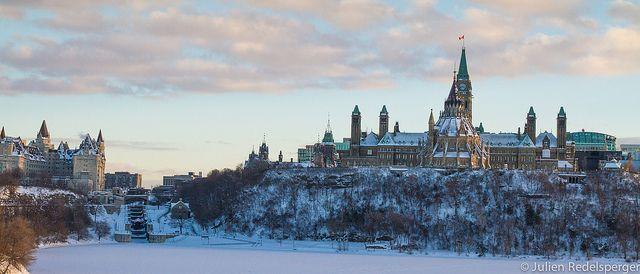 Vue sur le parlement Canadien à Ottawa depuis le Musée Canadien des Civilisations