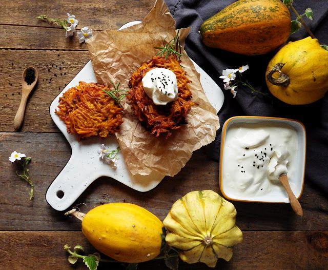 Quinoa Raz!: Bezglutenowe placki z dyni z suszonymi pomidorami i wędzoną śmietaną