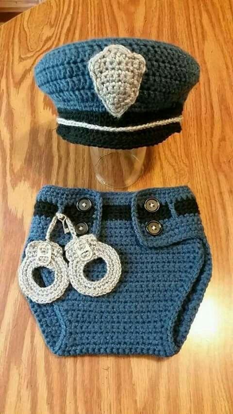 Conjunto de policía para bebé a ganchillo.