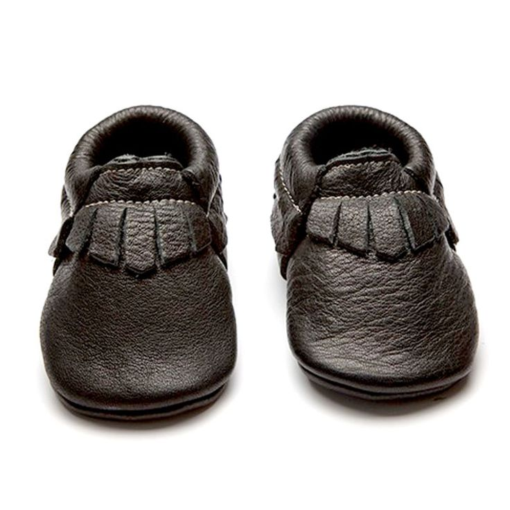 Wolfie + Willow moccasins are beautifully crafted soft structured shoes ideal for babies and little adventurers.  Ethical, stylish and comfortable they grow more beautiful as the leather patinas naturally through wear.  Presented in an environmentally friendly shoebox. 100% Chrome free eco leather and handmade in Wales.  Small (0-6 months) 10.5cm 0-2 UK 17-18 EU  Medium (6-12 months) 12cm 2-3.5 UK 19-20 EU  Large (12-18 months) 13.5cm 3.5-5 UK 20-22 EU