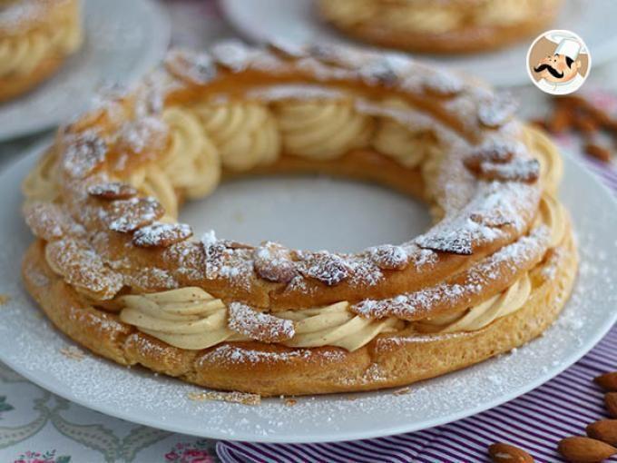 L'une des plus célèbres recettes sucrées de la gastronomie française ! Rien qu'à regarder ce joli Paris-Brest, on se régale d'avance de l'association entre la pâte à chou, la crème mousseline et le praliné :-D - Recette Dessert : Paris brest, la...