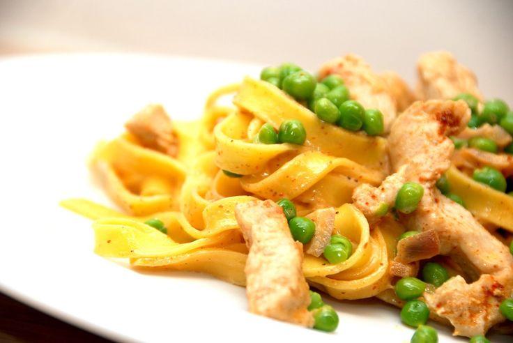 Se hvordan du både hurtigt og nemt laver en hurtig ret med frisk pasta med kalkunstrimler, der vendes i en lækker paprikafløde. Er du på jagt efter en hurtig ret til aftensmaden, så har du fundet d…