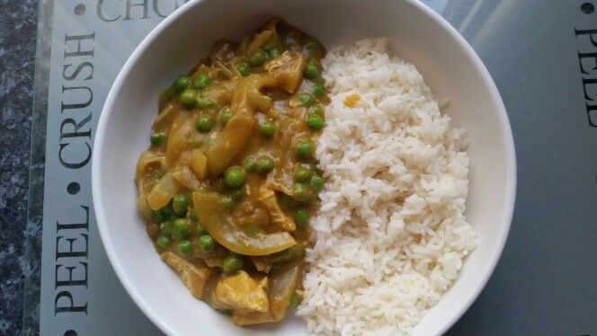 Slimming world mayflower Chinese chicken curry..... Boil some chicken pieces and chopped onion until cooked......put 200ml cold water and 28g mayflower curry powder into a pan and whisk whilst heating up.....the curry will go thick once heated up....... In a pan put the chicken and onions along with some frozen peas, heat back up and pour the curry sauce over. Stir it round for a couple of minutes to mix the ingredients together. Serves one with a portion of syn free rice.... Syns are 28g…