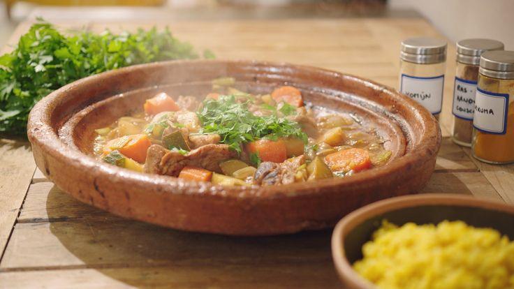 Een overheerlijke tajine met vlees van kippenbouten en herfstgroenten, die maak je met dit recept. Smakelijk!