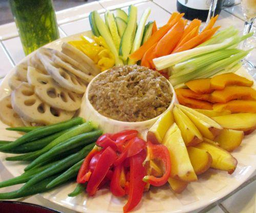 「季節野菜のバーニャカウダ」 レンコン、ブロッコリー、雪室ジャガ芋、レンコン、人参などは冬なのでサッと火を通して。大根やセロリ、チコリ等は生のまま。 アンチョビやバター、クリームも全く入ってませんがスゴく美味しい! このバーニャカウダソースに仕上がるまで、結構時間かかりました。 (ソースに11種類の素材、その日によって野菜は6〜8種類くらい入ってます)