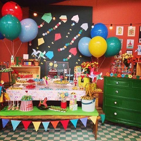 Adoro essa festa com tema Brinquedos, super alegre e charmosa! O móvel verde, painel, peças da mesa, balões... Tudo lindo! By @decoracaodobaile ❤️ #kikidsparty