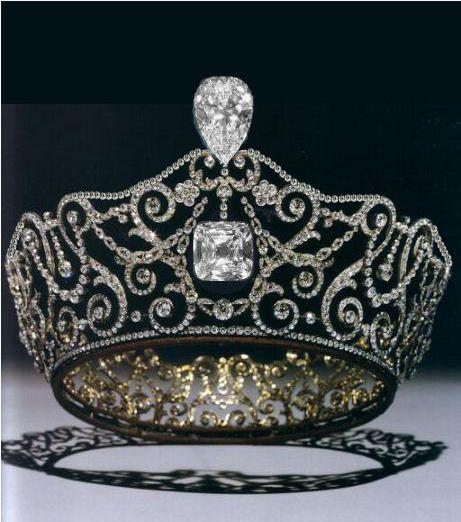 A Delhi Durbar Tiara foi projetado e construído pelos joalheiros da Coroa, Garrard & Co., para visita do Rainha Mary a Índia. Em 1912, a rainha Mary mandou adaptar 'Delhi Durbar Tiara' para receber os diamantes Cullinan III e Cullinan IV. Em 1953, a rainha Elizabeth II herdou o broche, que utiliza regularmente durante o seu reinado.