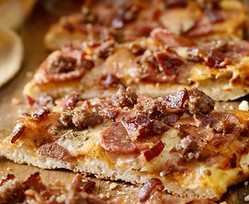 Avec son goût de bacon et de cheeseburger, cette recette de pizza a l'air complètement décadente, mais elle est santé et surtout délicieuse! J'ai coupé une partie du gras de la viande de bœuf en remplaçant la moitié de celle-ci par des champignons café et en utilisant l'ingrédient secret de ma mère pour faire un hamburger savoureux: la sauce Worcestershire; j'ai aussi rajouté des épices à steak pour renforcer le goût du bœuf. La sauce au yogourt grec et à la moutarde lie tous les…