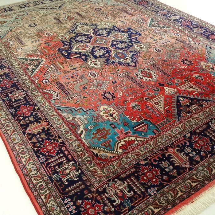 """Tabriz- 342 x 245 cm. - """"Eyecatcher in sprekende kleuren - XL-Perzisch tapijt in mooie staat"""".  Dit is een handgeknoopt Tabriz-tapijt gemaakt van duurzame natuurlijke materialen. Imperfecties in de patronen en de vorm maken dit kleed tot een unicum en benadrukken het authentieke en ambachtelijke karakter. Tabriz is één van de oudste steden van Iran. Een Tabriz kent verschillende verschijningsvormen in de tapijten zijn vaak oude paleizen of ruïnes te zien. De meest voorkomende kleuren zijn…"""