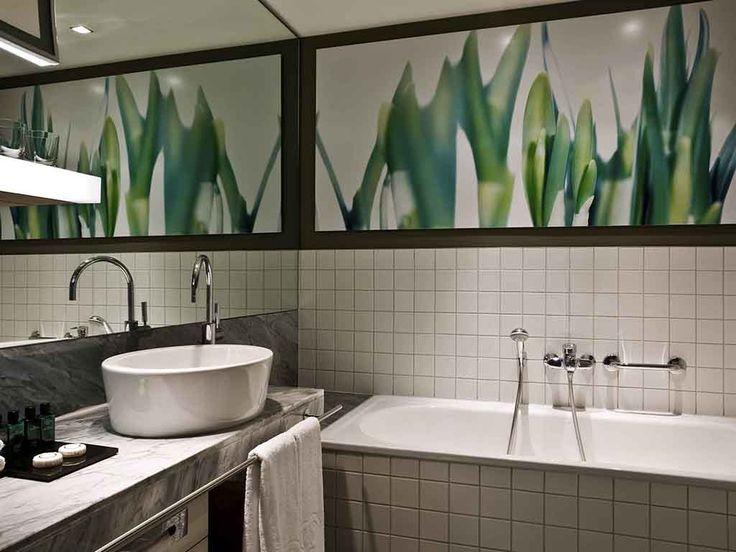El Sofitel Hamburg Alter Wall se encuentra junto al río Alster y ofrece una armoniosa combinación de funcionalidad y modernas instalaciones. El audaz y opulento diseño purista utiliza lujosos y sencillos materiales como el vidrio y el mármol junto con otros más llamativos o el acero para crear una estética única. Disfrute de cocina internacional en el restaurante Ticino o relájese con una copa en la terraza frente al mar de este hotel de 5 estrellas de Hamburgo. El Seagull Spa es un oasis de…