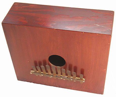 CHANGÜI  Changüí es un género musical cubano, considerado por algunos autores como madre del son. El changüí es una música de origen rural o montuna. Surgió, al igual que el son, en la zona oriental de la isla de Cuba, más específicamente en los municipios cercanos a la ciudad de Guantánamo. El changúi se deriva del Nengón y su nacimiento, a fines del siglo XIX, está vinculado a figuras como el tresero Nené Manfugás.  La formación musical del changüí se compone de marímbula, bongó, tres y…