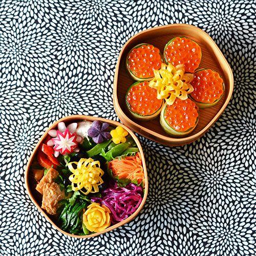 今年初の金曜日!いつものように、花金にちなんで、花モチーフ満載の花金弁当ヽ(´▽`)/・鰤の味噌ヨーグルト焼き・パプリカのカレーマリネ・ピーマンの胡麻和え・人参の茅乃舎胡麻だれ和え・紫キャベツのマリネ・ニラのナムル・お花玉子・いくらのカッパ軍艦今日のお弁当箱は、久々に、大館工芸社の梅花弁当✿このラディッシュは、今日始めてやってみたよいつもの飾り切りよりも全然楽!やり方はこちら↓ラディッシュ飾り切りこちら...