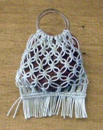 macrame bag. In french but easy enough to follow with the aid of Translate